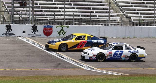 يتسابق السائقون على سياراتهم العادية حول Rockingham Speedway يوم السبت من أجل رياضة السيارات للجماهير.  نيل مادهافان    الجريدة اليومية